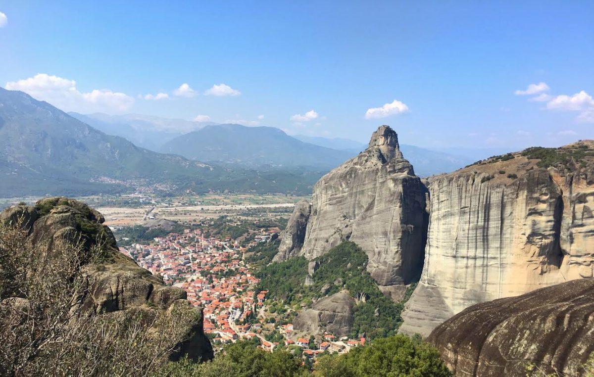 Вид на деревню Кастраки у монастырей Метеоры, Греция