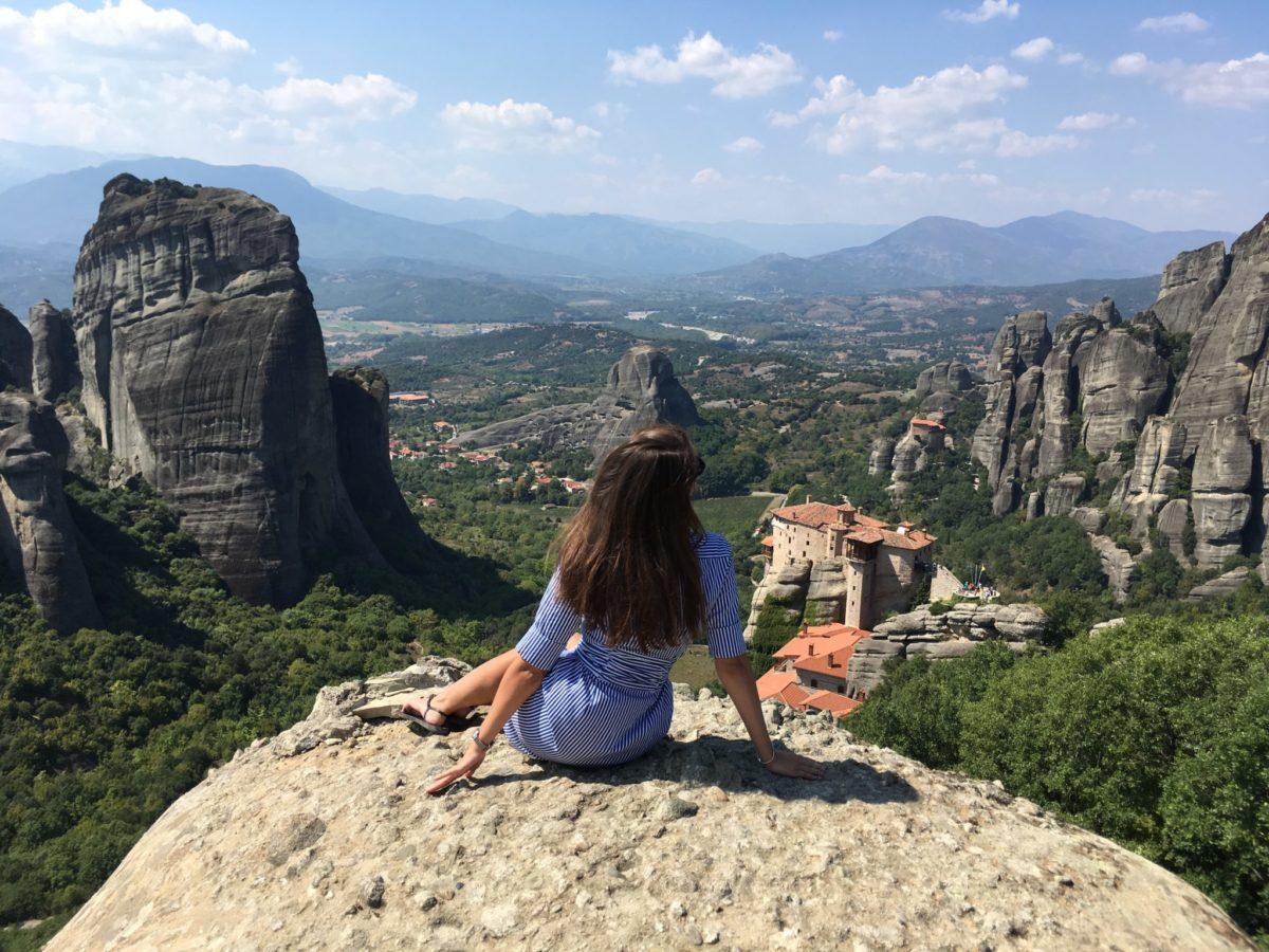 Вид на монастыри Метеоры со смотровой, Греция