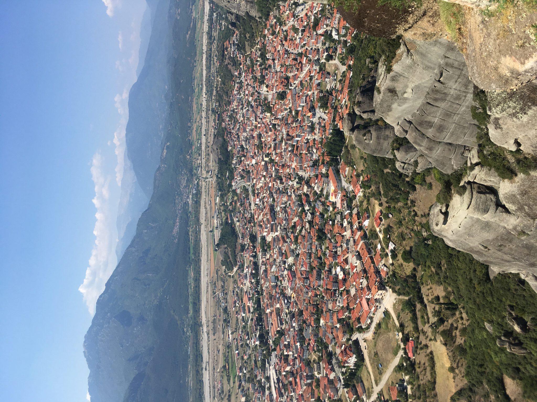 Вид на деревню Каламбака с монастырей Метеор, Греция