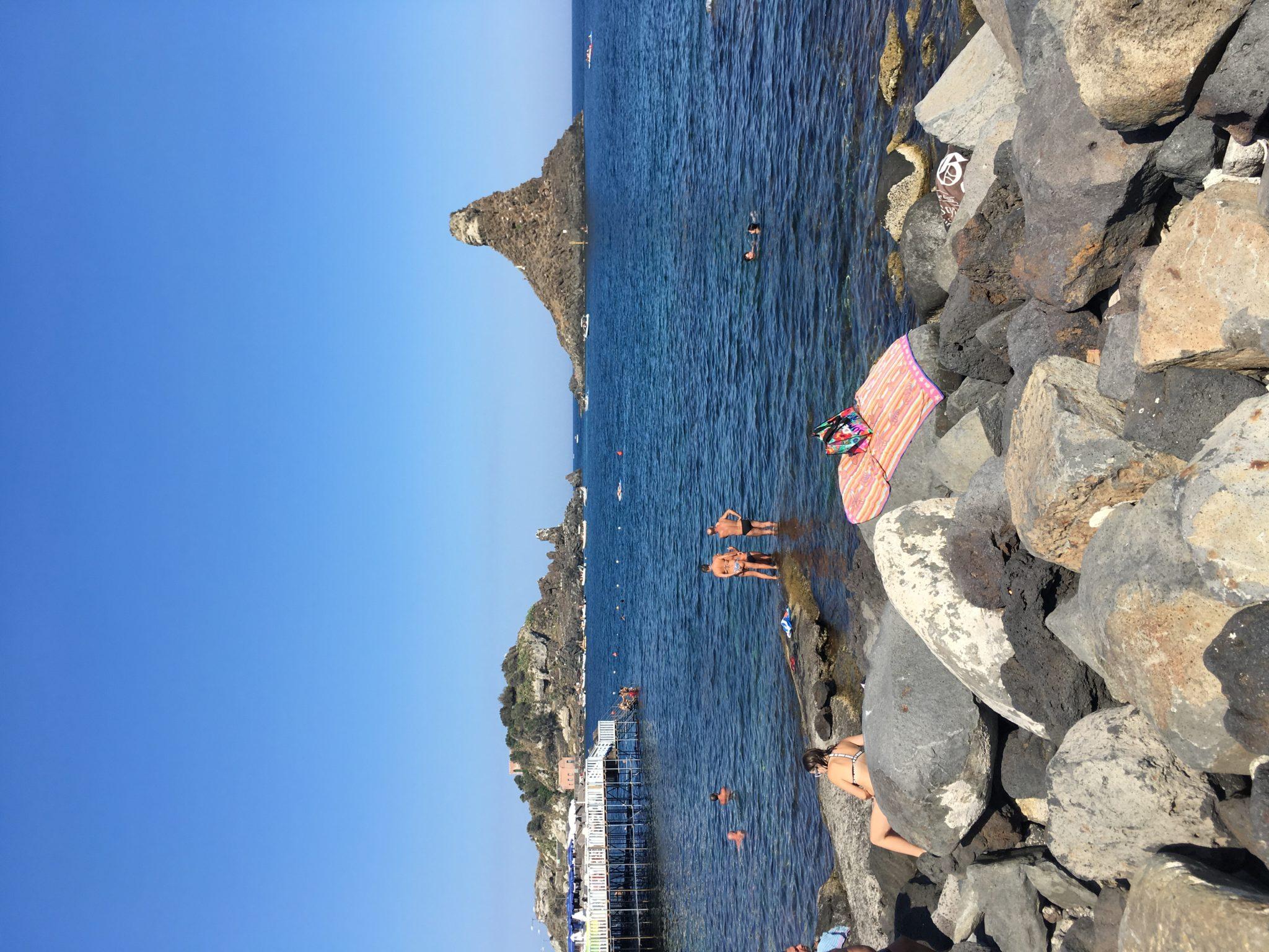 Каменистые пляжи Катании, Сицилия, Италия