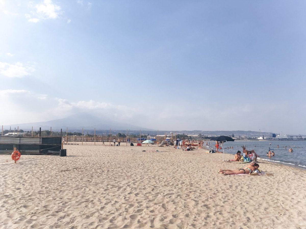 Песчаный пляж Катании, Сицилия, Италия