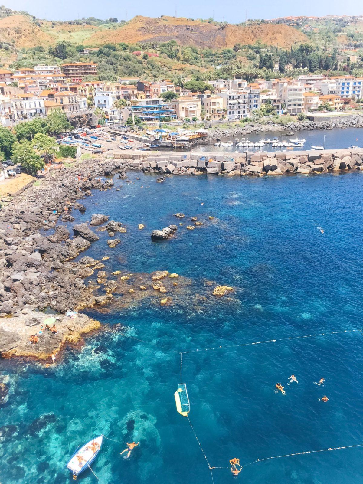 Чистейшая вода на пляже Ачи Кастело, Катания, Сицилия