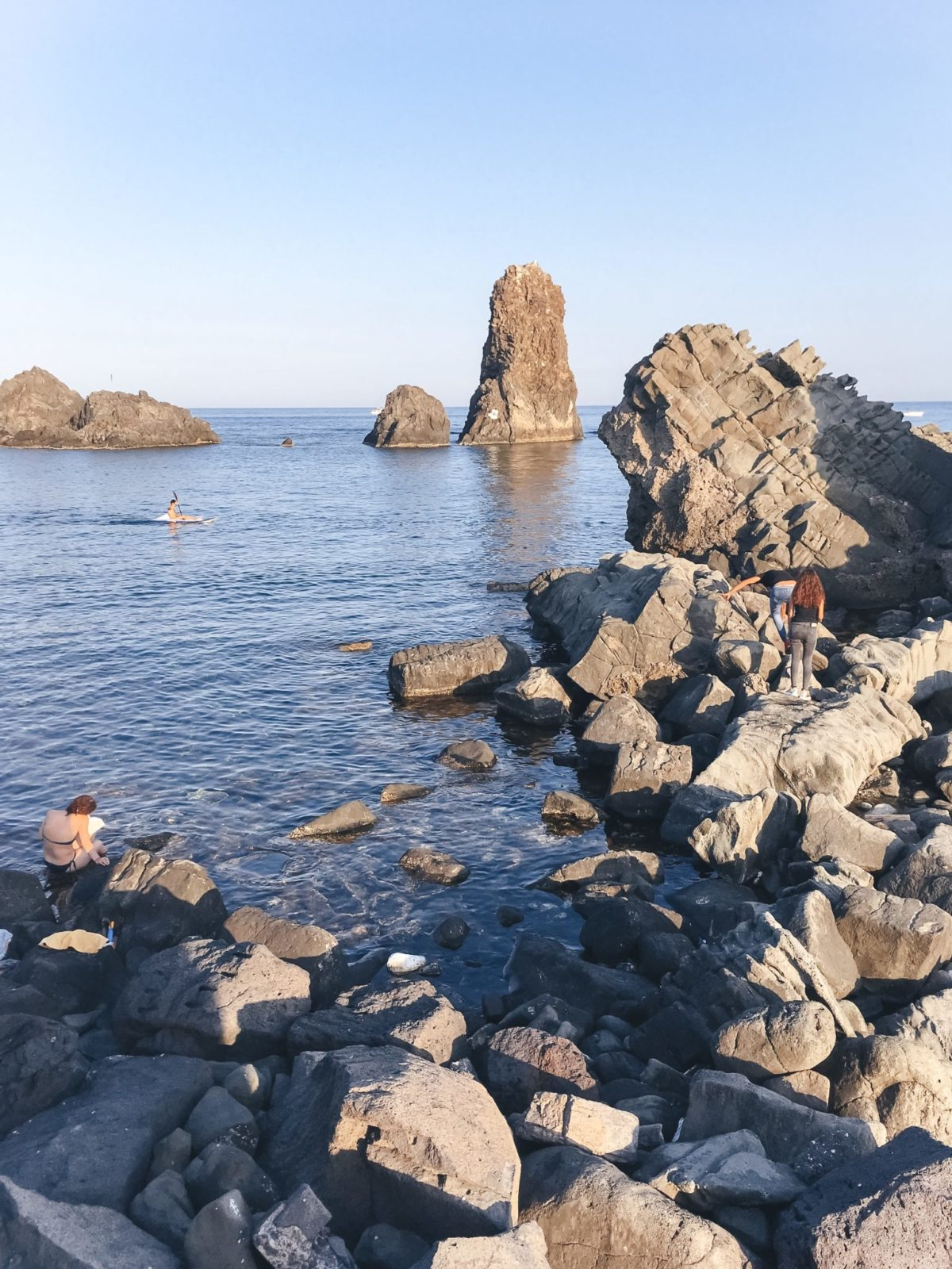 Побережье циклопов на пляже в Ачи Треза, Катания, Сицилия