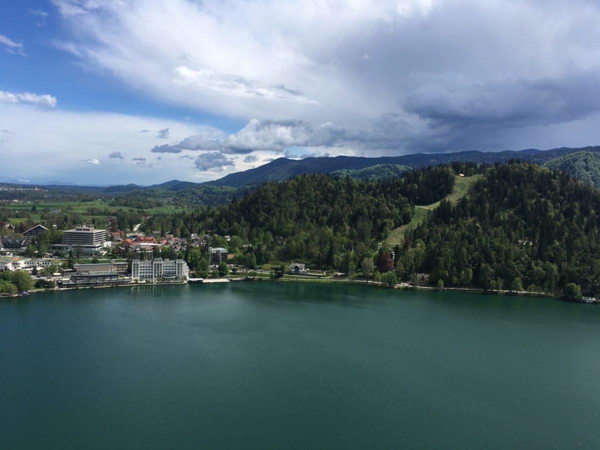 Вид на озеро Блед и гору Стажа, Словения