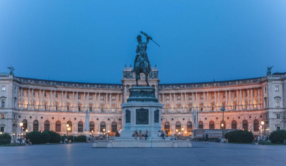 Площаль Хельденплац, вид на дворец Хофбург, Вена, Австрия